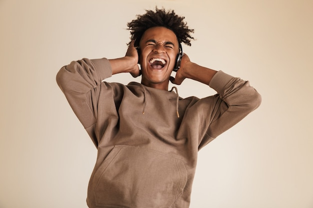 Ritratto di un giovane afroamericano felice happy