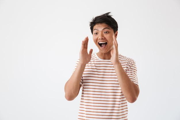 Ritratto di un giovane uomo asiatico felice che grida ad alta voce