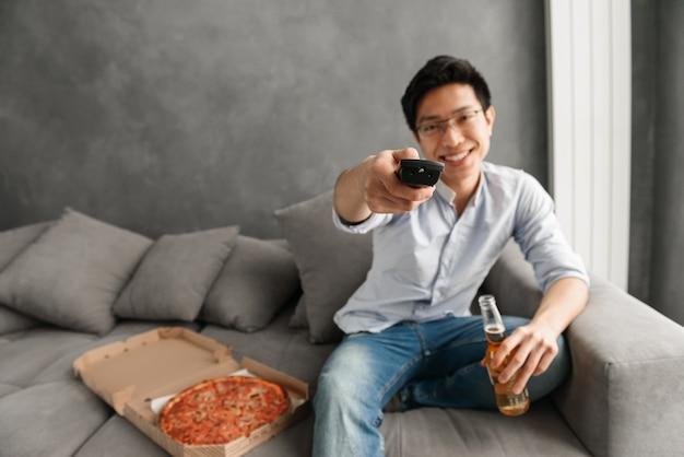 Ritratto di un giovane uomo asiatico felice