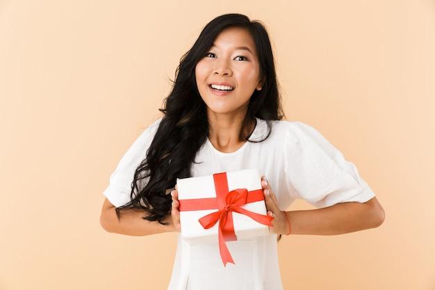 Ritratto di una giovane donna asiatica felice