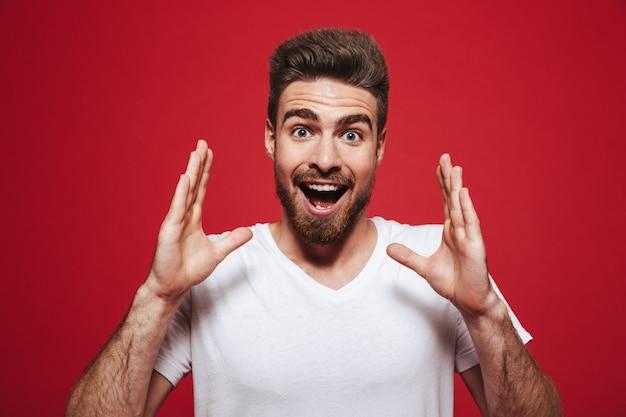 Ritratto di un giovane uomo barbuto felice che grida ad alta voce