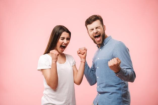 Ritratto di una giovane coppia felice che grida