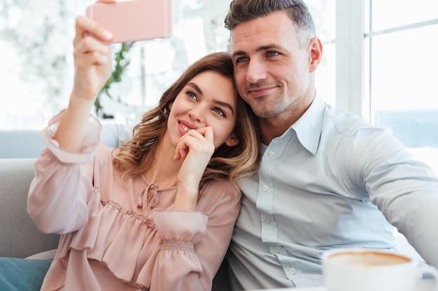 Ritratto di una giovane coppia felice che prende un selfie