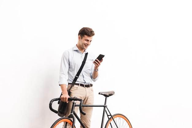 Ritratto di un giovane uomo felice vestito in camicia