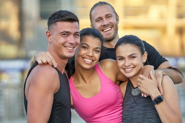 Ritratto di giovani felici in abbigliamento sportivo