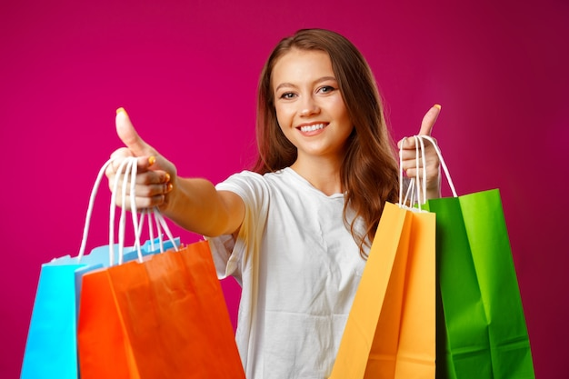 Ritratto di giovane donna sorridente felice con le borse della spesa