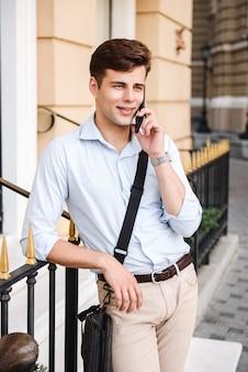 Ritratto di felice giovane uomo alla moda vestito in camicia