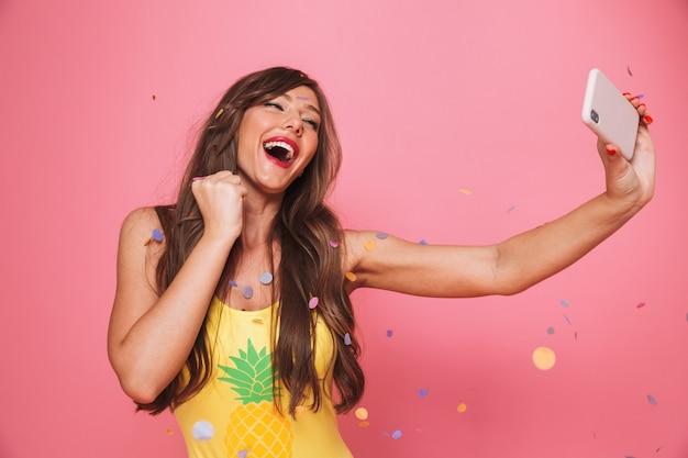 Ritratto di una giovane donna felice vestita in costume da bagno