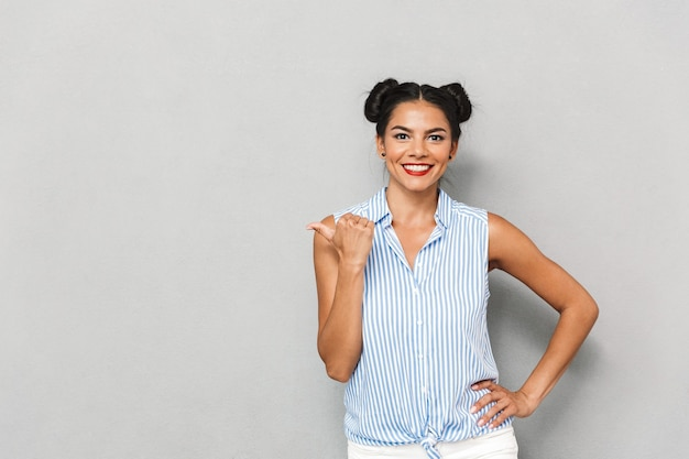 Ritratto di una giovane donna felice isolata, indicando