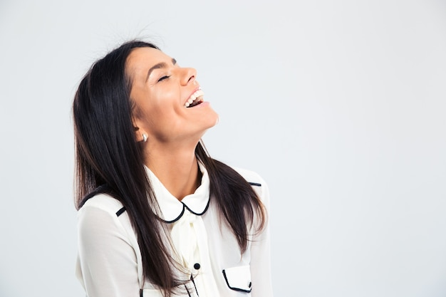 Ritratto di una giovane donna felice che ride