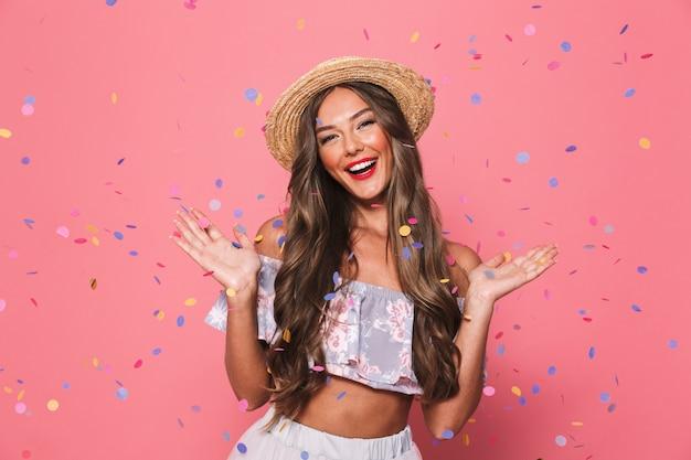 Ritratto di una giovane donna felice in abiti estivi