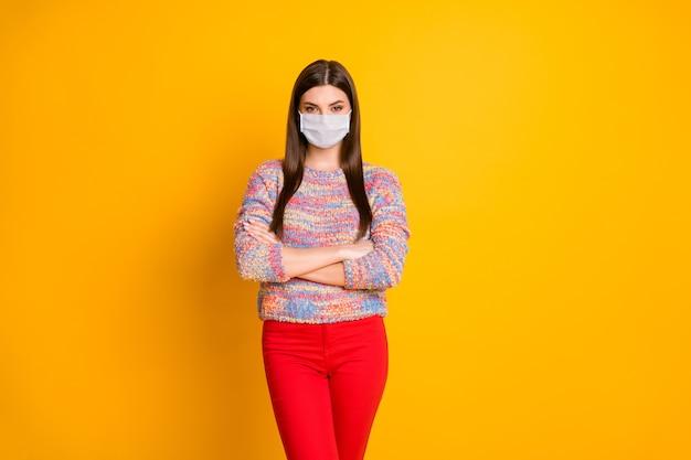 Ritratto di lei lei attraente ragazza sana braccia conserte indossando maschera di garza cina wuhan polmonite virale inquinamento atmosferico co2 problema allergia isolato brillante vivido brillantezza vibrante colore giallo sfondo