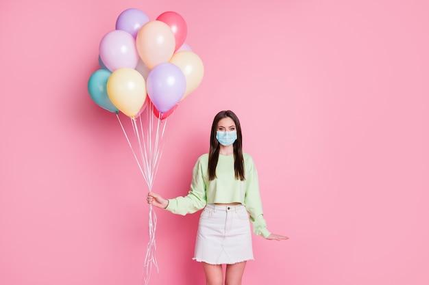 Ritratto di lei attraente sana timida ragazza dai capelli lisci indossare maschera di sicurezza fermare pandemia influenza influenza mers cov grippe stare a casa concetto misure preventive isolato rosa pastello colore sfondo