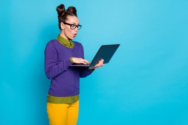 Ritratto di lei bella attraente divertente infantile stupita allegra ragazza che tiene in mano laptop lavoro web part-time isolato su brillante vivido brillantezza vibrante blu verde acqua turchese colore sfondo