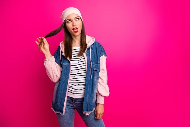Ritratto di lei bella attraente bella fanciullesca infantile allegra ragazza allegra indossando street style toccando l'acconciatura dei capelli isolata sopra brillante vivido splendore vibrante colore rosa fucsia