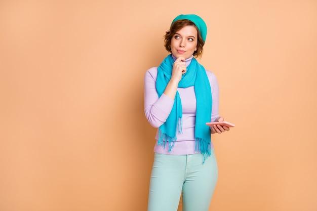 Ritratto di lei bella attraente bella piuttosto creativa mentalità pensierosa ragazza utilizzando cella creazione di contenuti commento feedback condivisione smm isolato su sfondo di colore pastello beige