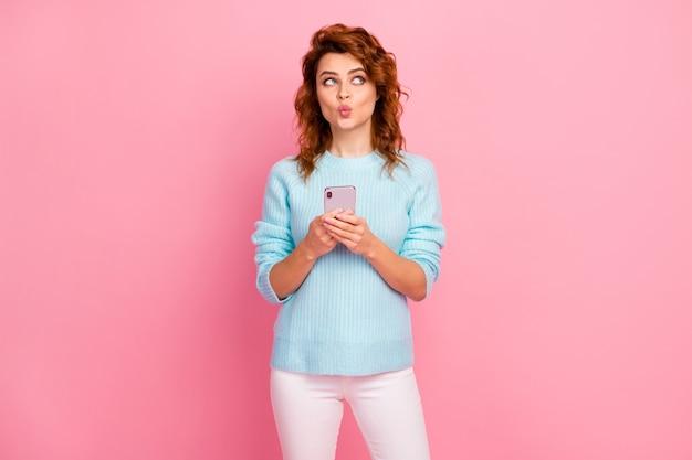 Ritratto di lei bella attraente bella bella accattivante affascinante allegra allegra ragazza dai capelli ondulati che usa la cella che invia un bacio d'aria isolato su sfondo rosa color pastello