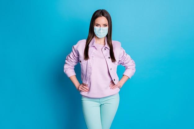 Ritratto di lei bella attraente bella giovane ragazza sana che indossa una maschera di sicurezza di garza fermare la malattia di malattia di malattia di polmonite contagiosa virale isolata su sfondo di colore blu