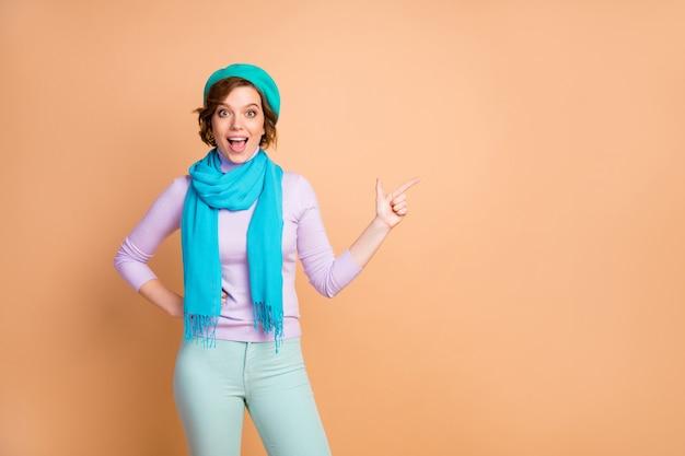 Ritratto di lei bella attraente bella bella allegra ragazza allegra che dimostra annuncio annuncio consigli nuova decisione novità isolate su sfondo beige color pastello