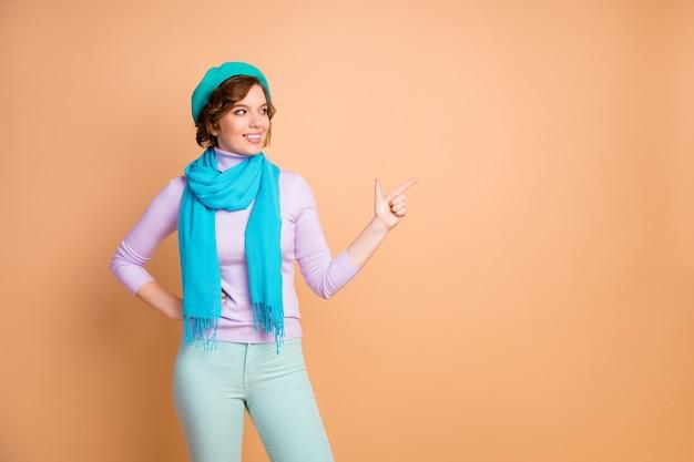 Ritratto di lei bella attraente bella bella allegra ragazza allegra che dimostra annuncio nuova opzione alternativa novità isolate su sfondo beige color pastello