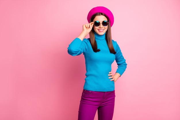 Ritratto di lei bella alla moda attraente bella ragazza allegra abbastanza allegra toccando specs godendo il tempo libero vacanza di fine settimana.