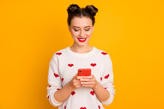 Ritratto di lei bella ragazza allegra carina affascinante affascinante attraente bella piuttosto affascinante utilizzando dispositivo in chat con il fidanzato