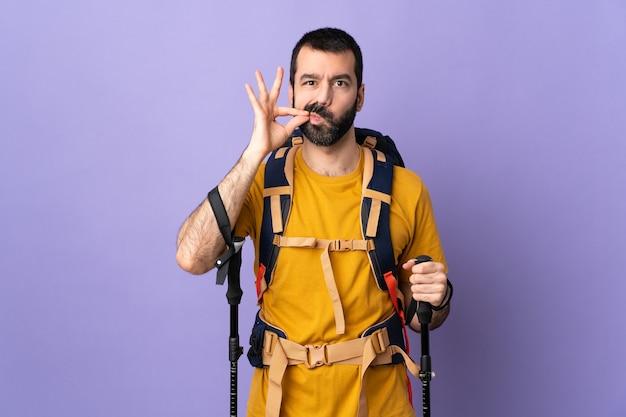 Uomo escursionista ritratto con zaino