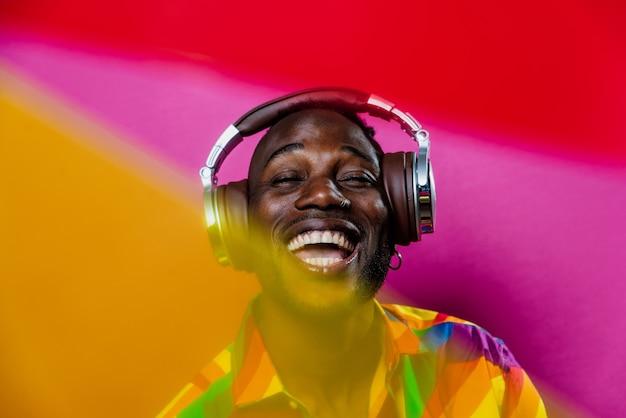 Ritratto di un musicista di musica hip hop immagine cinematografica di un uomo che indossa abiti bianchi e gioielli