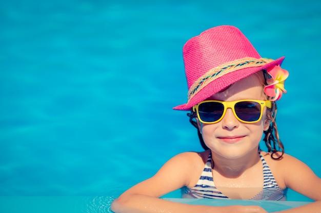 Ritratto di bambino hipster in piscina.