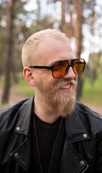 Ragazzo giovane ritratto hipster con barba e baffi con occhiali da sole