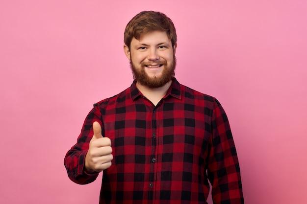 Ritratto del suo lui bello attraente allegro allegro felice ragazzo che mostra la decisione di soluzione annuncio thumbup isolato su sfondo di colore rosa lilla brillante brillante vivido brillante