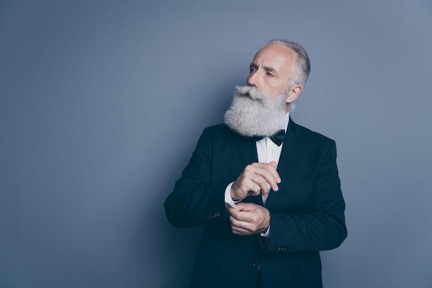 Ritratto del suo lui bello contenuto attraente orgoglioso arrogante ricco ricco uomo dai capelli grigi ceo capo capo pulsante di fissaggio che osserva da parte isolato su sfondo di colore pastello grigio scuro