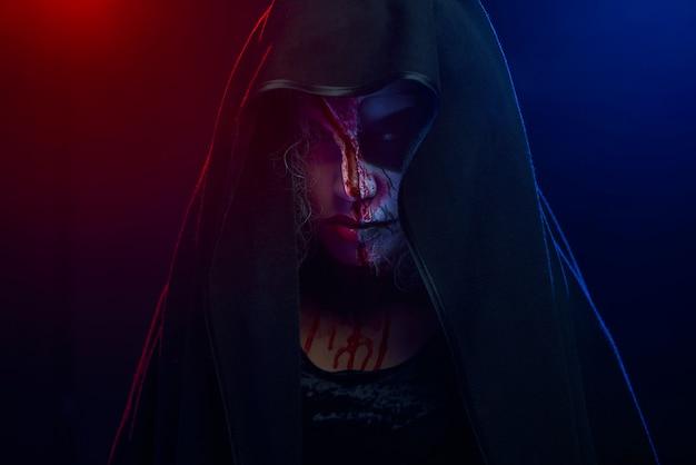 Ritratto di orribile donna spaventosa con la faccia di teschio dipinto