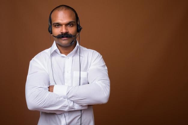 Ritratto di uomo d'affari indiano con i baffi come rappresentante del call center