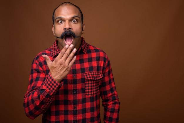 Ritratto di uomo indiano hipster con baffi