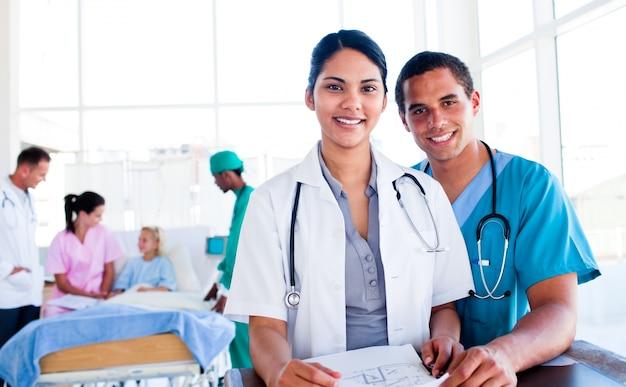 Ritratto di un'équipe medica internazionale al lavoro