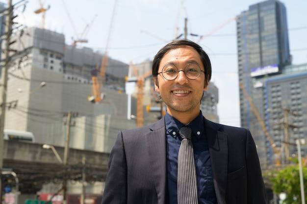 Ritratto di uomo d'affari giapponese in cantiere come concetto industriale
