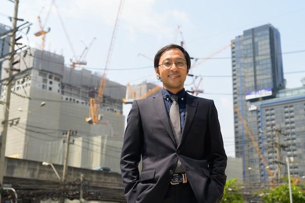 Ritratto di uomo d'affari giapponese in cantiere