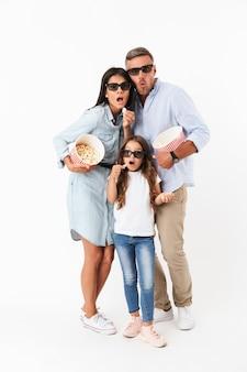 Ritratto di una famiglia gioiosa che guarda un film