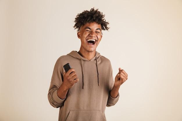 Ritratto di un gioioso giovane afroamericano