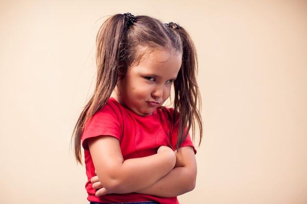 Ritratto della ragazza del bambino che mostra espressione triste. concetto di bambini ed emozioni