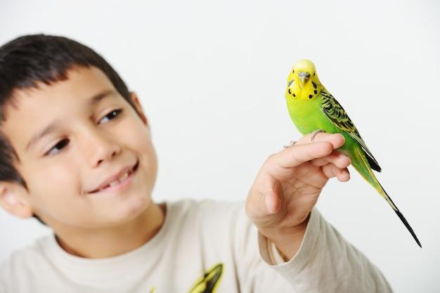 Ritratto di una ragazza bambino con il suo pappagallo domestico