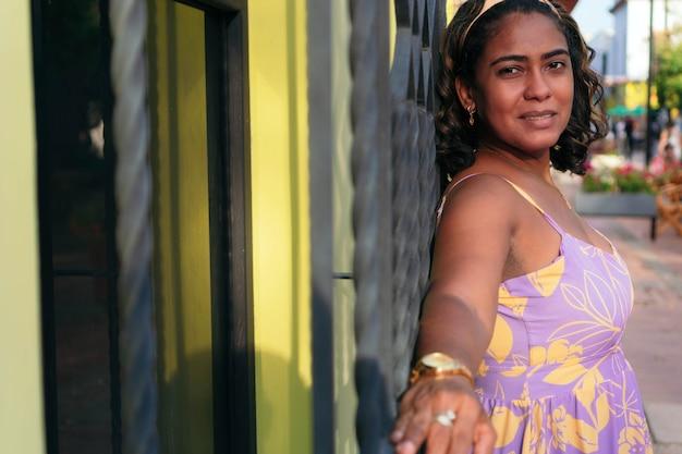Ritratto di una donna latina per strada