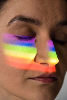 Ritratto di donna lgbt con simbolo arcobaleno