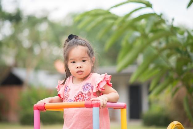 Ritratto piccola ragazza asiatica che gioca