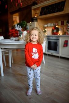 Ritratto di una bellissima bambina con i capelli ricci