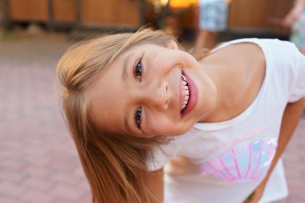 Ritratto di una bambina bionda che guarda l'obbiettivo