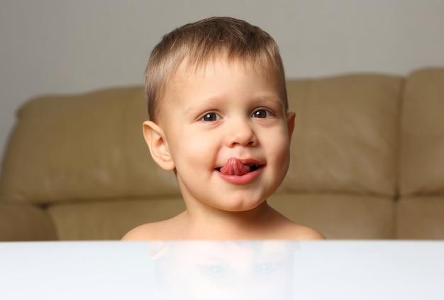 Ritratto del ragazzino con la sua linguetta che appende fuori