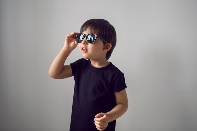 Ritratto ragazzino con occhiali da sole