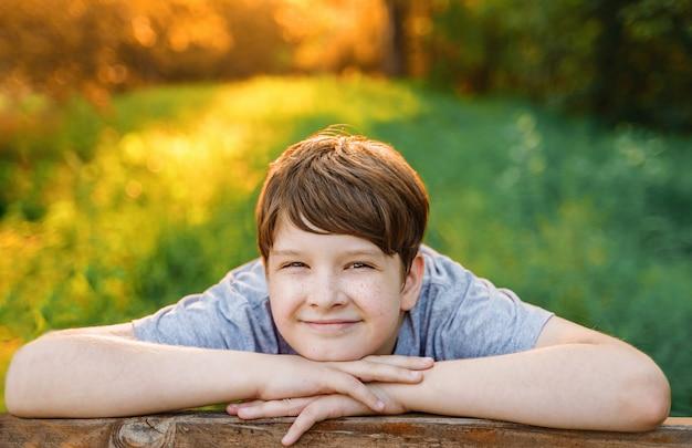 Ritratto di un bambino piccolo che riposa in un parco di primavera.